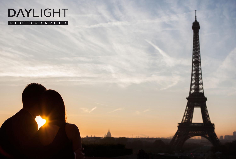 paarfotograf romantisch paris eiffelturm - Copie