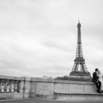 hochzeitspaar verliebt eiffelturm paris 150x150 Man nehme einen Eiffelturm, ein Hochzeitspaar und einen Hochzeitsfotografen