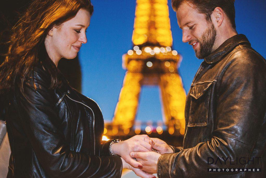 heiratsantrag bei nacht in paris eiffelturm daylight 1024x683 Die Nacht der Liebe am Eiffelturm in Paris